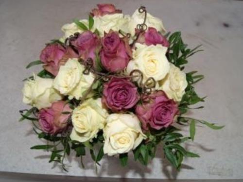Composition de roses blanches et roses
