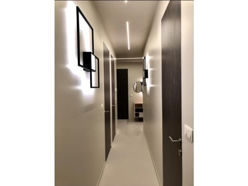 Rénovation hall d'entrée avec portes et luminaires