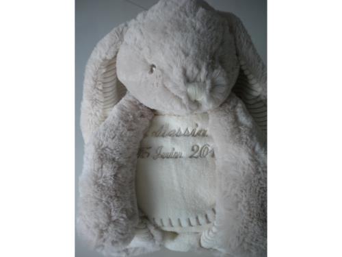 Broderie peluche lapin et couverture 75x90cm hauteur 40cm