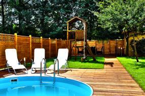 Terrasse bois, clôture bois, gazon