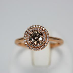 perfect alliance of pink gold and this brown diamond of 0,61 carats surrounded with extra-white diamonds.